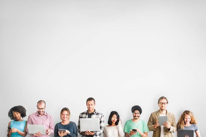 Pessoas usando celulares e tablets: internet, redes sociais, computadores