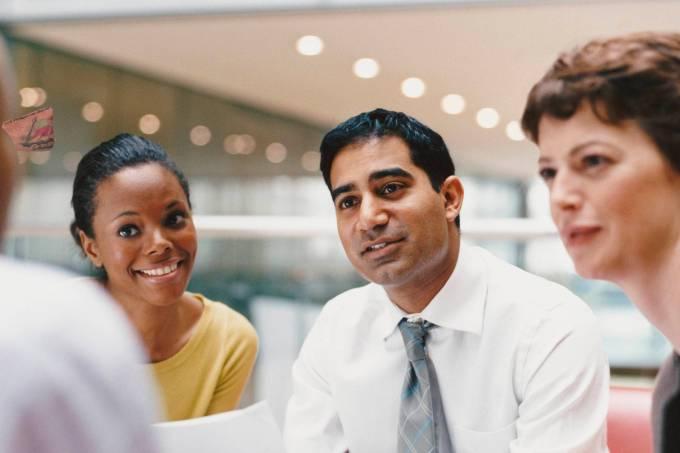 Reunião:  Etiqueta profissional seria o conjunto de comportamentos que são adequados para promover uma harmonia no ambiente de trabalho
