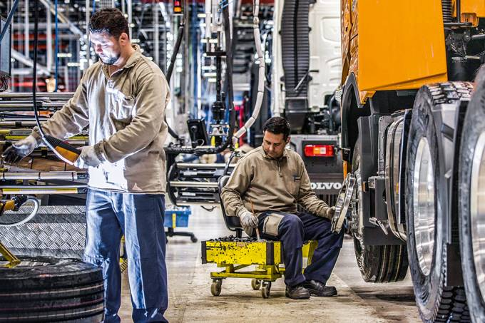 Fábrica da Volvo, em Curitiba (PR): empregados com problemas de desempenho recebem treinamentos especiais