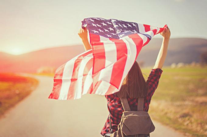 Menina com bandeira dos Estados Unidos