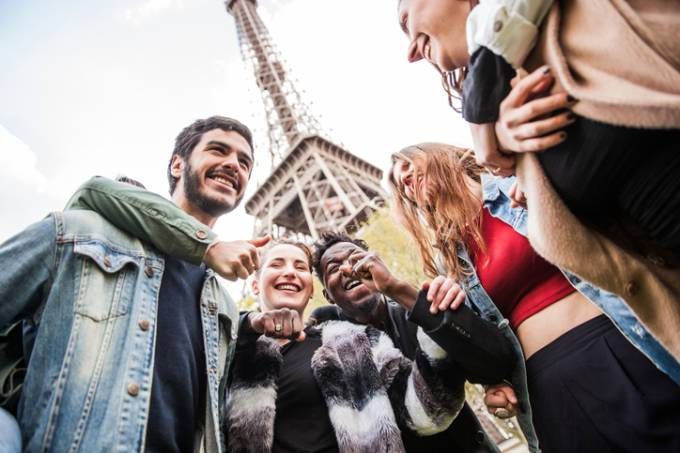 Estudantes perto da torre Eiffel