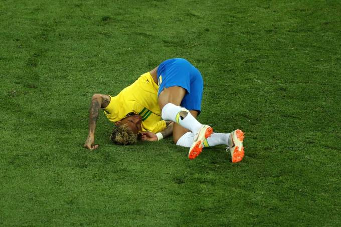 Neymar no chão durante jogo do Brasil contra a Suíça na Copa do Mundo da Rússia