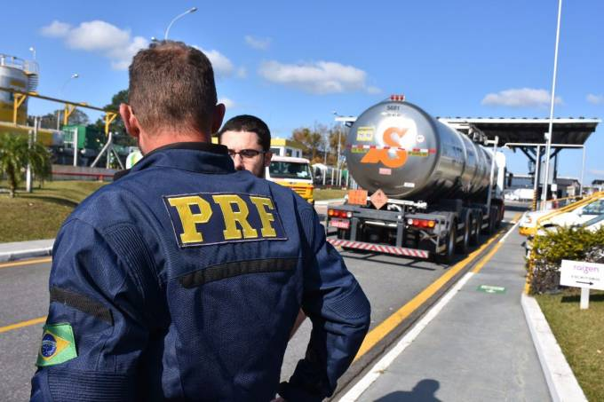 Equipes da Polícia Rodoviária Federal (PRF) escoltam uma carga de combustível para aviação após greve dos caminhoneiros