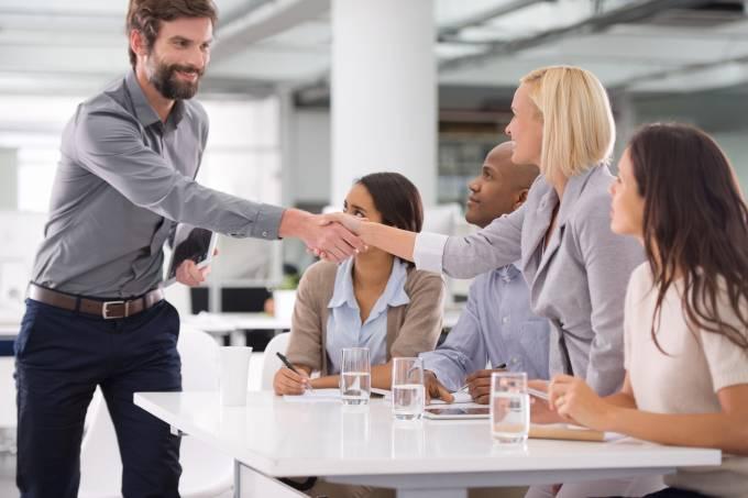 reunião aperto de mão pessoas conversando