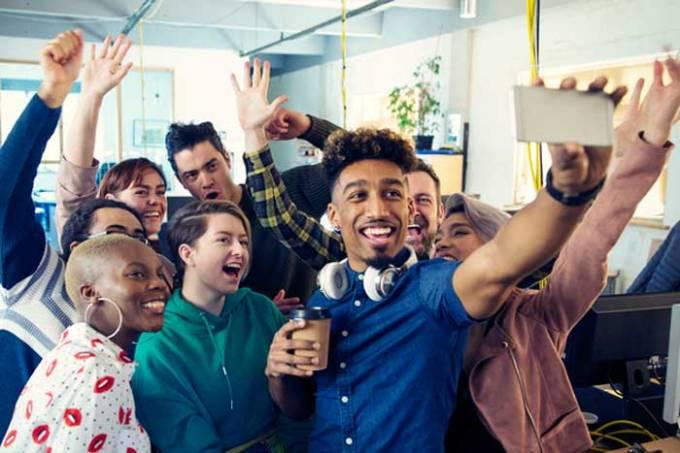 Grupo de jovens tira foto no escritório