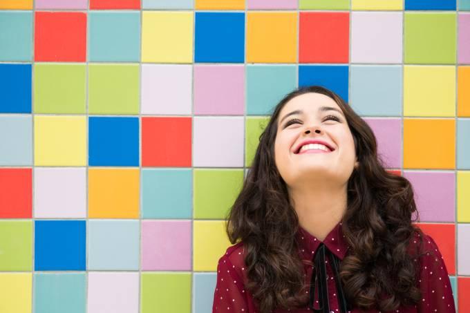 Mulher feliz com fundo colorido, satisfação, felicidade