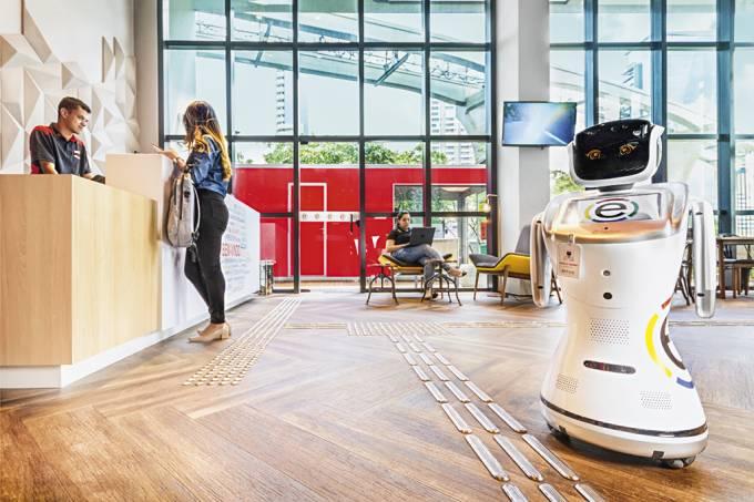 Rebecca Berrini, robô no lobby do hotel Ramada Encore Hotel