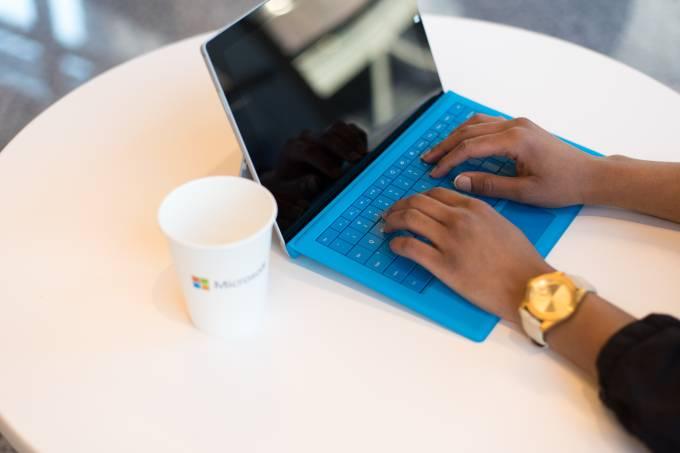 teclado mãos negro