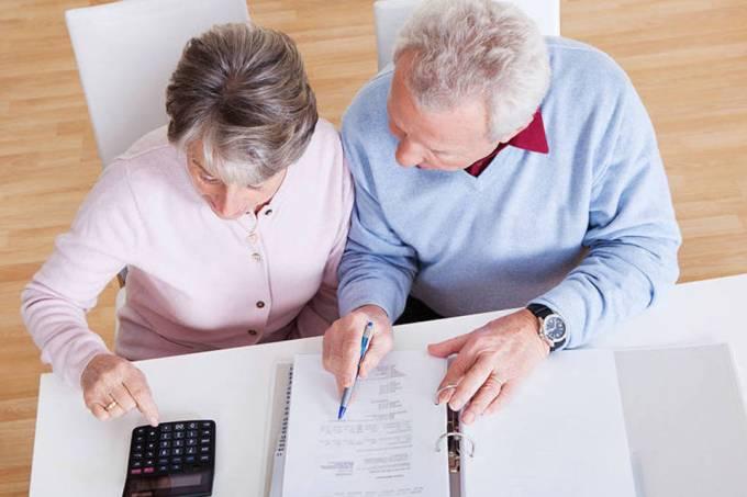Idosos aposentados fazem contas