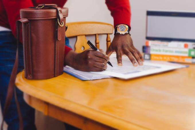 escrevendo em papel contrato