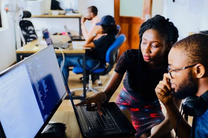 jovens usando computador