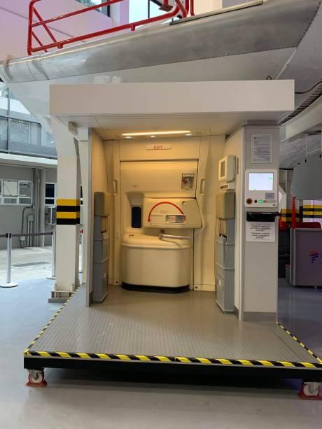 Os simuladores de porta permitem que a equipe os funcionários recriem diferentes cenários, como abertura no aeroporto ou em situação de incêndio