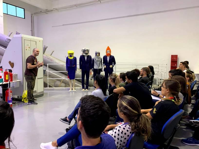 Além das aulas de combate ao fogo, a equipe também tem aulas sobre sobrevivência na selva na área externa da academia e resgate durante um incêndio