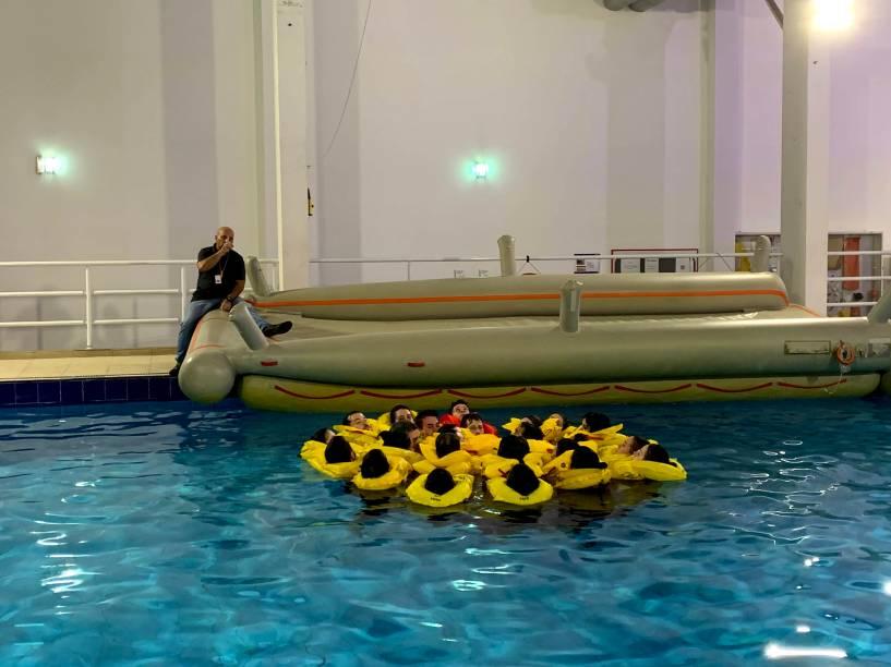 É na piscina que eles aprendem sobre marinharia, como manter os passageiros e tripulação unida e aquecida em alto-mar, kit salva-vidas, embarque no bote e captação de água potável
