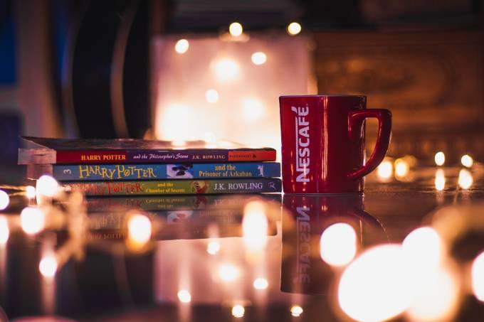 caneca e livros