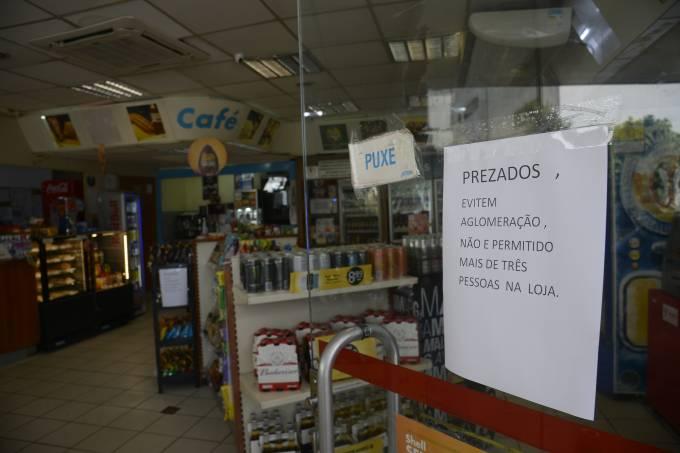 Lojas de conveniência reabrem, autorizadas pela Prefeitura a funcionar durante o período de isolamento social causado pela pandemia do novo coronavírus (covid-19)