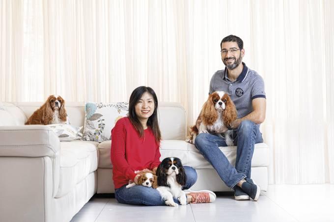 Ederson Neves e Marta Neves com seus cãesda raça Cavalier