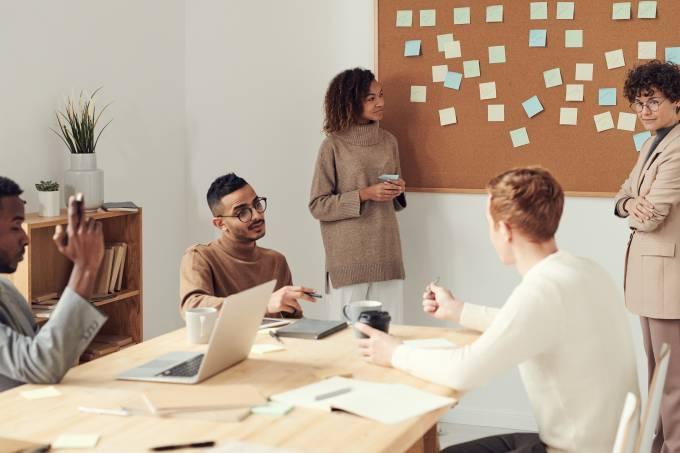 E se os seus colegas definissem seu bônus e seu salário?