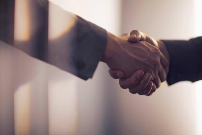 negociação aperto de mãos
