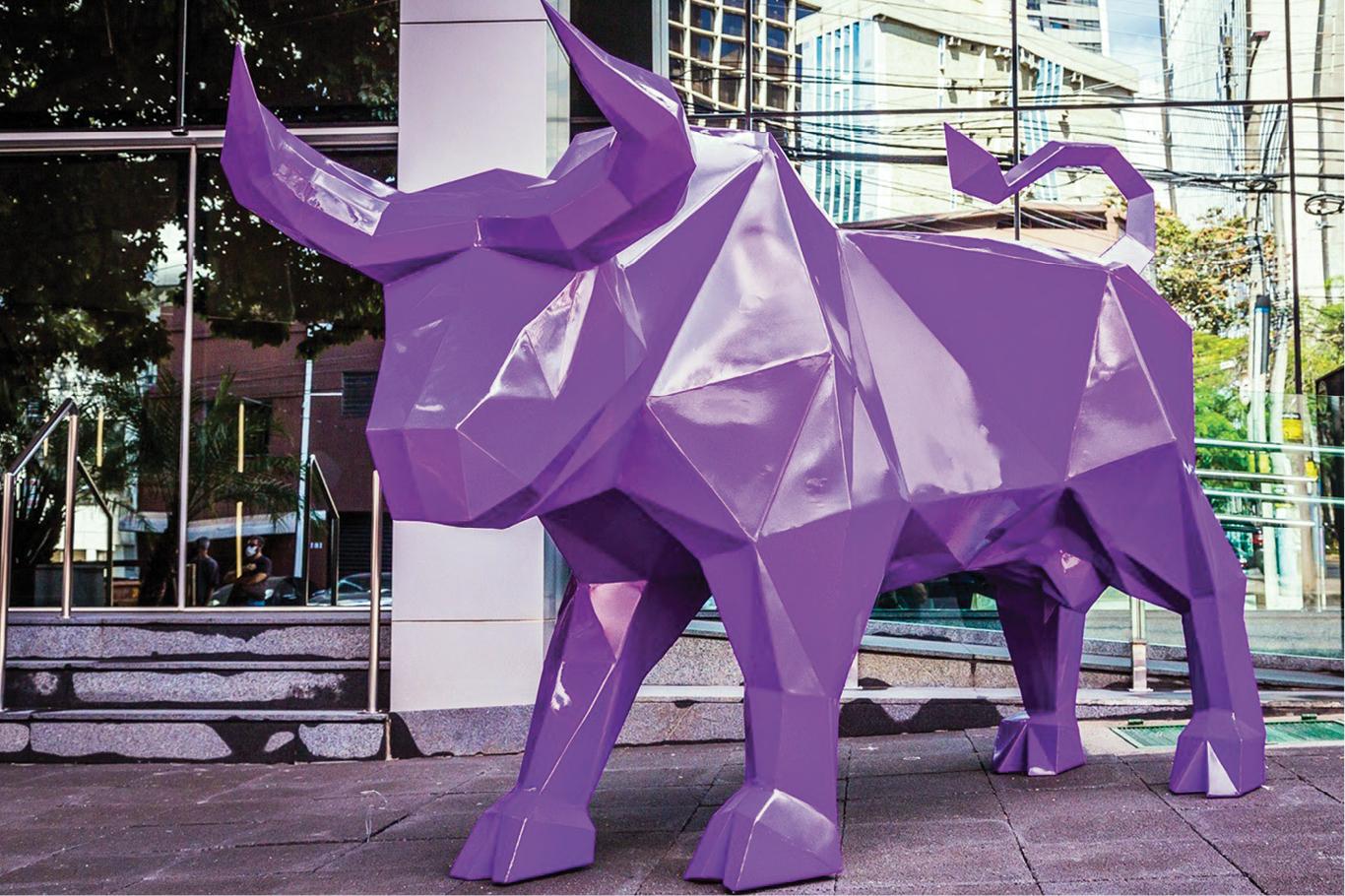 Estátua de um toro roxo na entrada de um prédio comercial